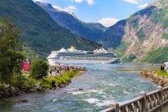 Costa lägger till i Geirangerfjorden