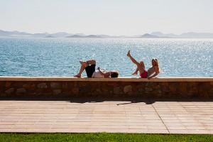 Hanna och Philip njuter i solen