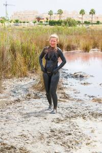 Tjejer inpackade i lera saltsjön Torrevieja